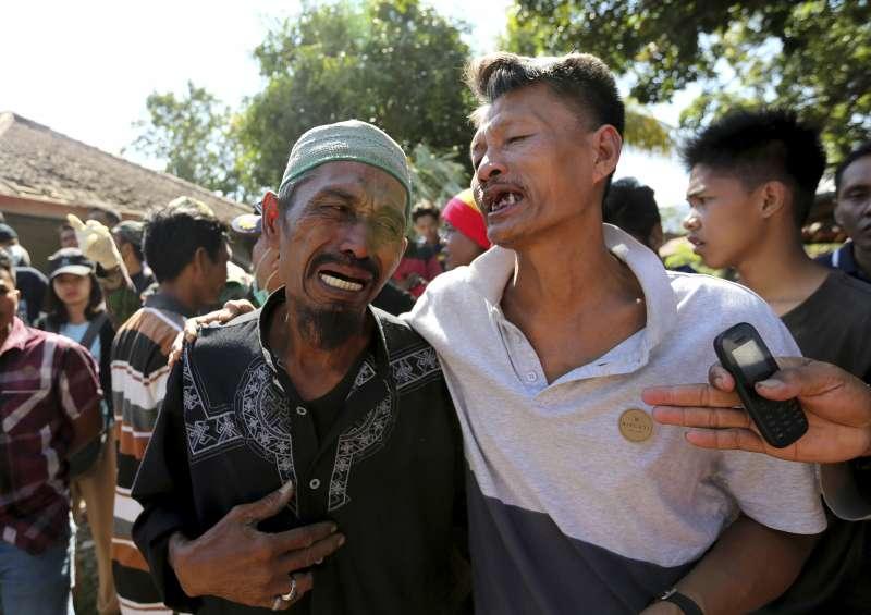 印尼龍目島北部在5日強震中受災嚴重,當地居民在救難人員找到罹難親人的遺體時,傷心痛哭(AP)