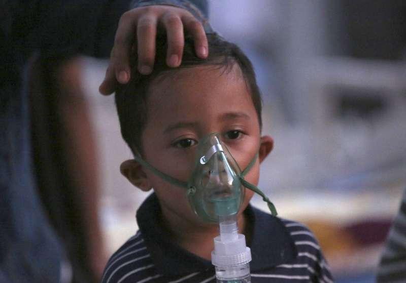 印尼龍目島5日發生強震,西北部丹榮村受災嚴重,一名小男孩在臨時醫院接受治療(AP)
