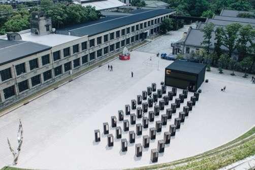 主展館前方另外設置了50座小亭子,這是由知名文化評論者詹偉雄、和「築點設計」共同規劃的展示空間,每一座代表一個年份,收藏著從1968到2017年台灣流行音樂的50年記憶(圖/台北文創提供)