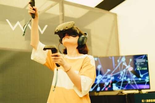 結合最新LyraVR科技打造沈浸式體驗環境,不受真實世界限制,只需依靠雙手就能創作美妙的音樂篇章(圖/台北文創提供)