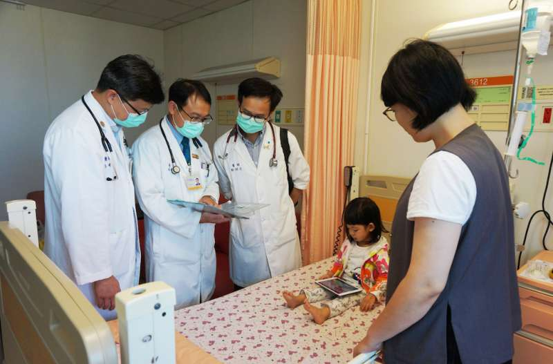 新竹馬偕兒科採團體戰,由多位不同次專科主治醫師組成照護團隊共同來照護病童。(圖/新竹馬偕醫院提供)