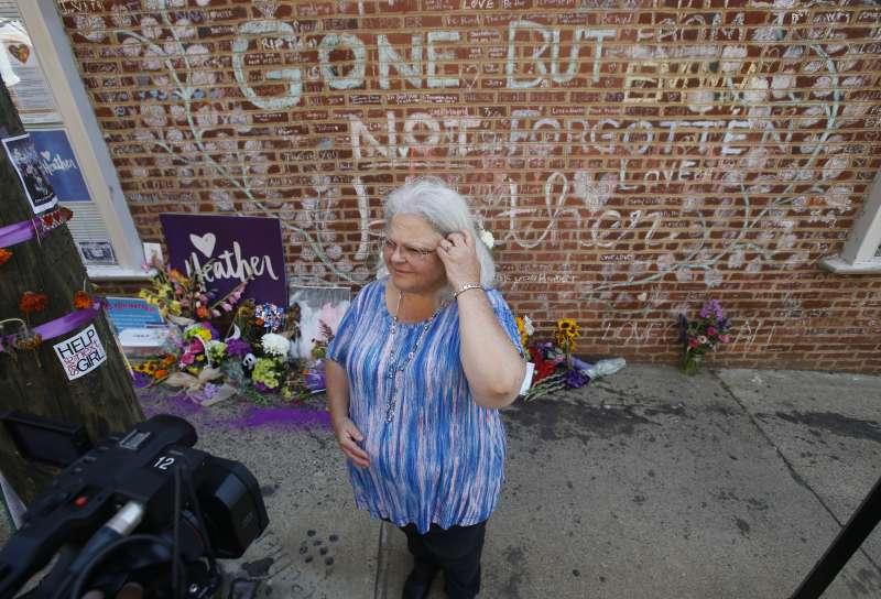 去年8月維州種族流血衝突即將滿一周年,海爾的母親布蘿在女兒罹難的地點接受採訪(AP)
