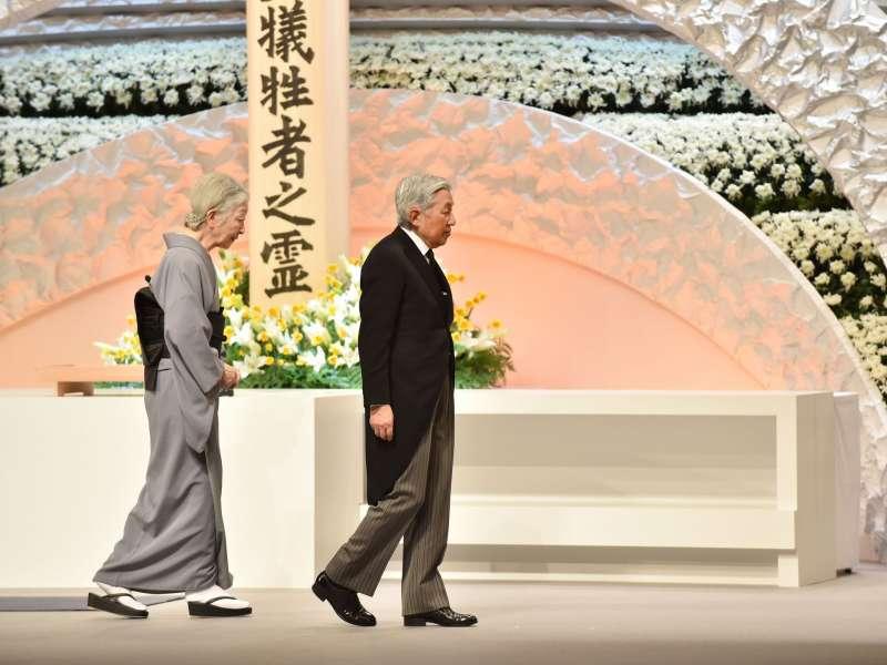 2016年日本明仁天皇夫婦參加東日本大地震罹難者紀念典禮。(美聯社)