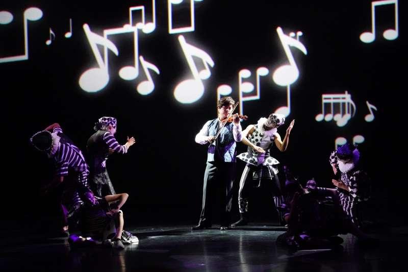 20180811-第29屆傳藝金曲獎頒獎典禮11日晚間於台灣戲曲中心舉行,開場表演「向東走向西走」融合不同類型的藝術,獲得一致好評。(國立傳統藝術中心提供)