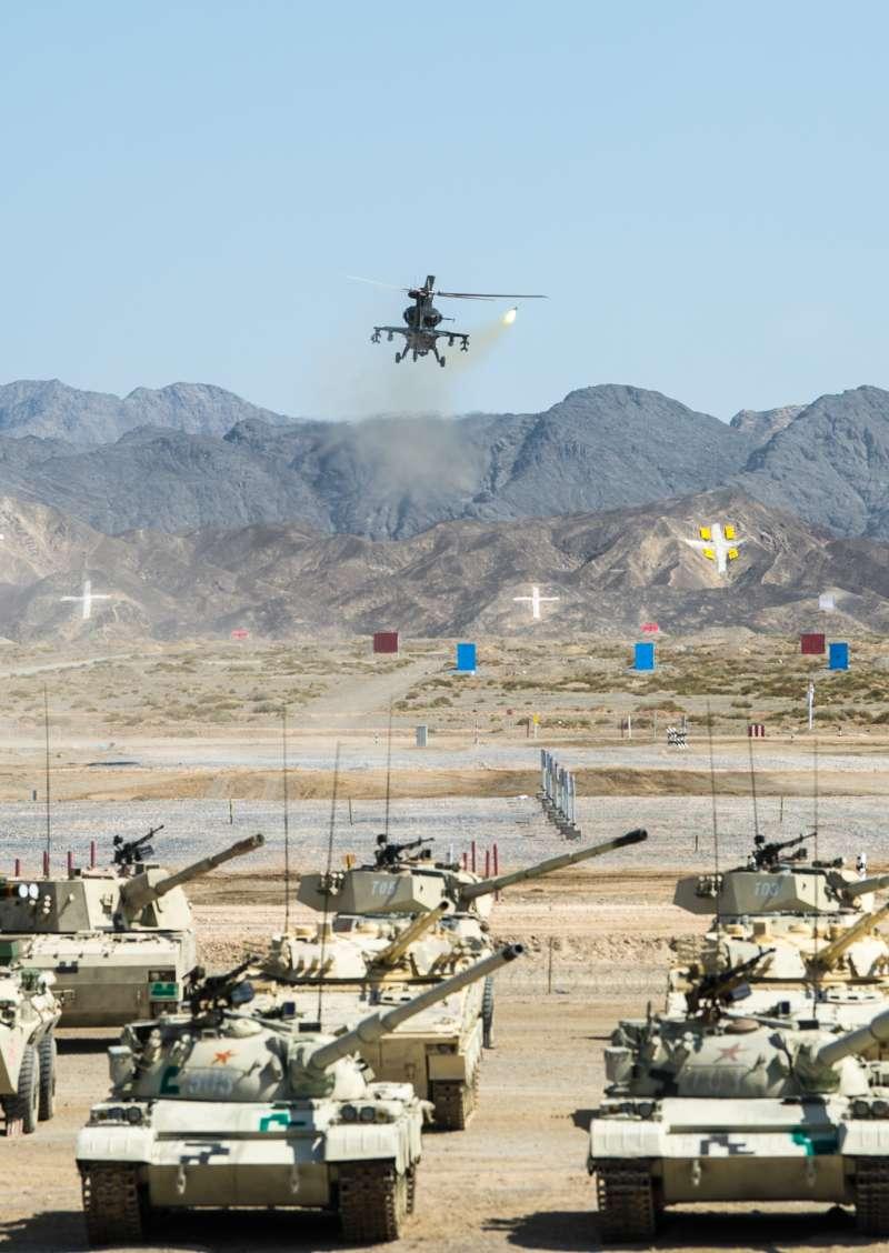 「國際軍事比賽─2018」,在新疆庫爾勒賽區開幕式上,武裝直升機在進行實彈射擊(新華社)
