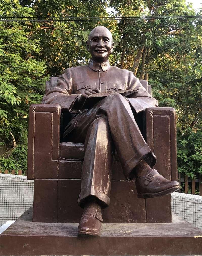 蔣中正銅像遷移至華興育幼院(政大提供)