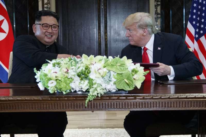 2018年6月12日「川金會」,川普與金正恩在新加坡相見歡。(美聯社)