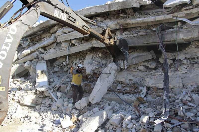 白盔隊在爆炸殘骸中進行搜救。(AP)
