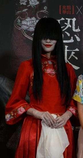 公視電視電影「林投記」片中女鬼角色「林投姐」現身「恐怖來自於深沉的愛」影展記者會宣傳。 (圖/ 中央社記者江佩凌攝,文化+提供)