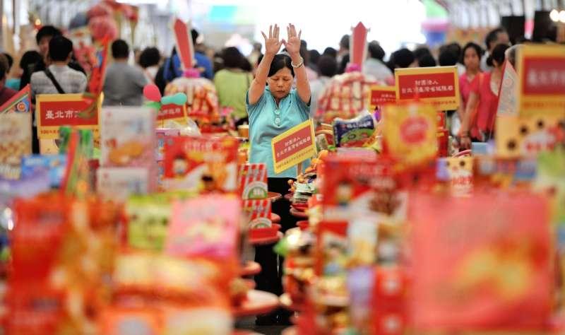 台北市政府100年度中元普渡祭典在武昌街城隍廟舉行,信徒面向成堆的祭禮,祭拜好兄弟。(圖/中央社記者王飛華攝 2011年8月24日,文化+提供)