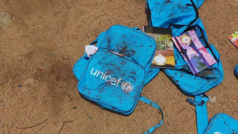 葉門北部薩達省的一輛校車9日遭到沙烏地阿拉伯領導的盟軍空襲,學童的書包與書籍沾滿鮮血(AP)