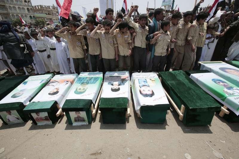葉門薩達省13日為那些在空襲中罹難的學童舉行葬禮(AP)