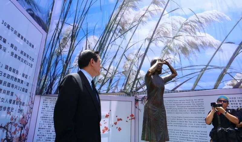 馬英九與慰安婦銅像。(取自馬英九臉書)