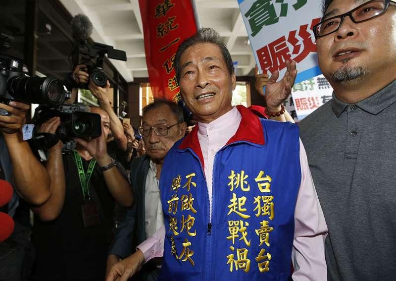 張安樂(右二)前往台北地檢署應訊,有不少人前往聲援。(郭晉瑋攝)