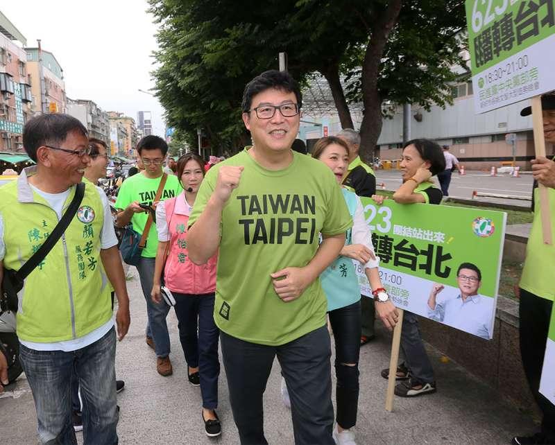 不少綠營市議員私下希望姚文智(中)自己退選。(柯承惠攝)