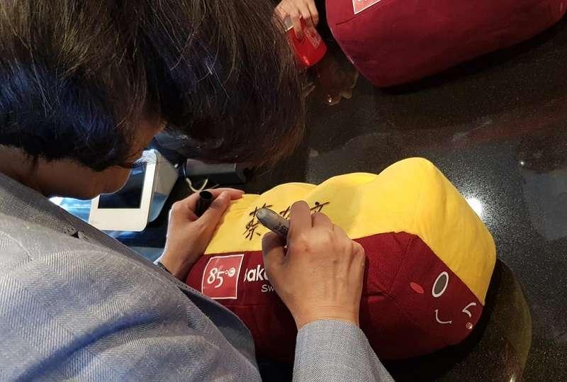 被中國網民指為大禮包的巴布羅麵包抱帎,上面的蔡英文名字,其實是蔡英文總統現場應店員之請的簽名。(立委蔡適應臉書)