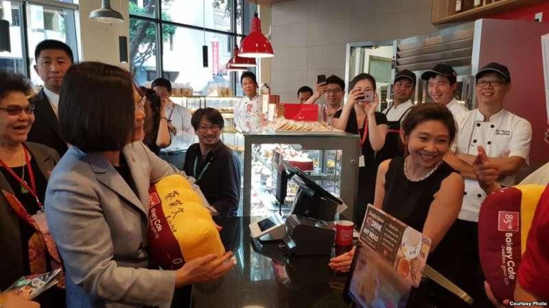台灣總統蔡英文過境洛杉磯時造訪台灣連鎖咖啡店85度C。(民進黨立委蔡適應臉書)