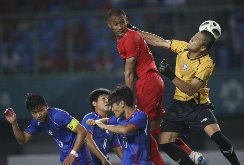 第18屆亞運賽將於18日正式開幕,但雅加達的空污問題成為一大隱憂。圖為中華男足隊與印尼隊的比賽。〈AP〉