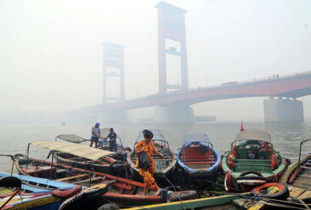 印尼蘇門答臘島巨港正積極控制森林大火引起的霧霾問題(美聯社)