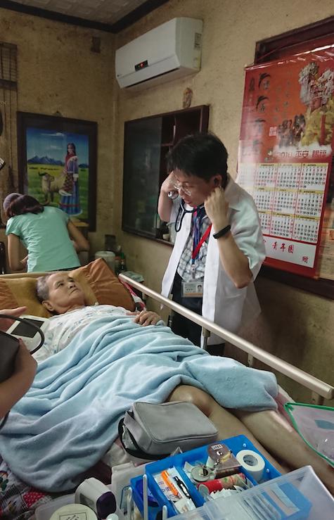 11面對跟自己孫子差不多大的衛生所主任陳宏賓(右)拿出聽診器,阿嬤不報病情,反而先吵著想吃炸雞排。(黃天如攝)