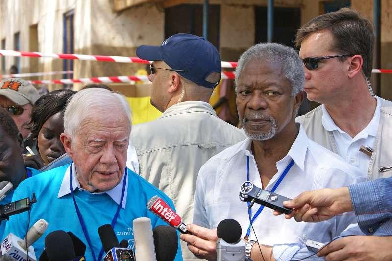 聯合國前秘書長安南(Kofi Annan,右)與前美國總統卡特,攝於2011年(Ranjit Bhaskar@Wikipedia / CC BY-SA 2.0)