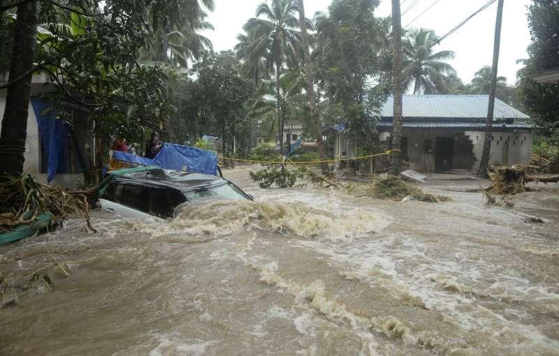 印度西南部喀拉拉邦近日遭洪水肆虐,造成至少324人喪生,數千人受困,逾31萬人流離失所(AP)