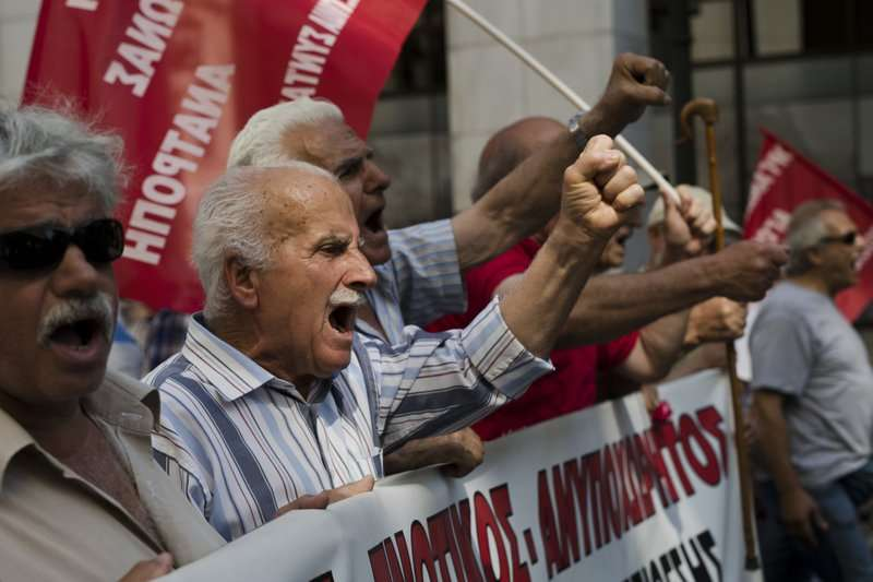 2017年6月,希臘靠養老金過活的老人上街抗議嚴厲的撙節措施(美聯社)