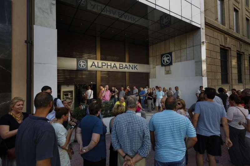 2015年6月,希臘當局施資本管制,許多民眾在ATM前大排長龍,等著領錢。