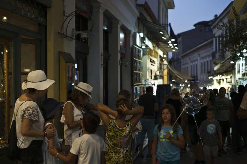 2018年8月17日,希臘雅典觀光區的大批遊客(美聯社)
