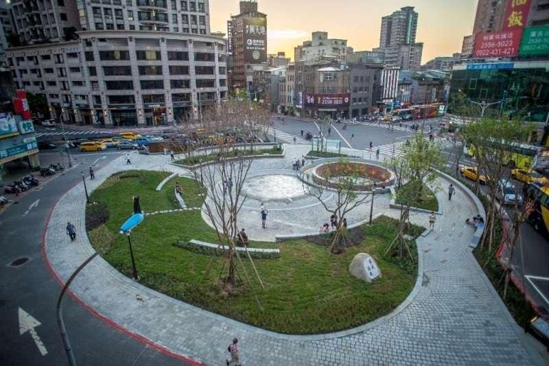 始終經營不起來的建成圓環,也被柯文哲拆了變公園。(台北市工務局∕維基百科)