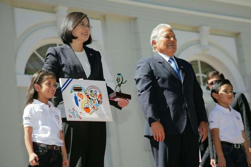 2017年1月13日,蔡英文總統訪問薩爾瓦多,桑契斯(Salvador Sánchez Cerén)總統迎接(總統府)