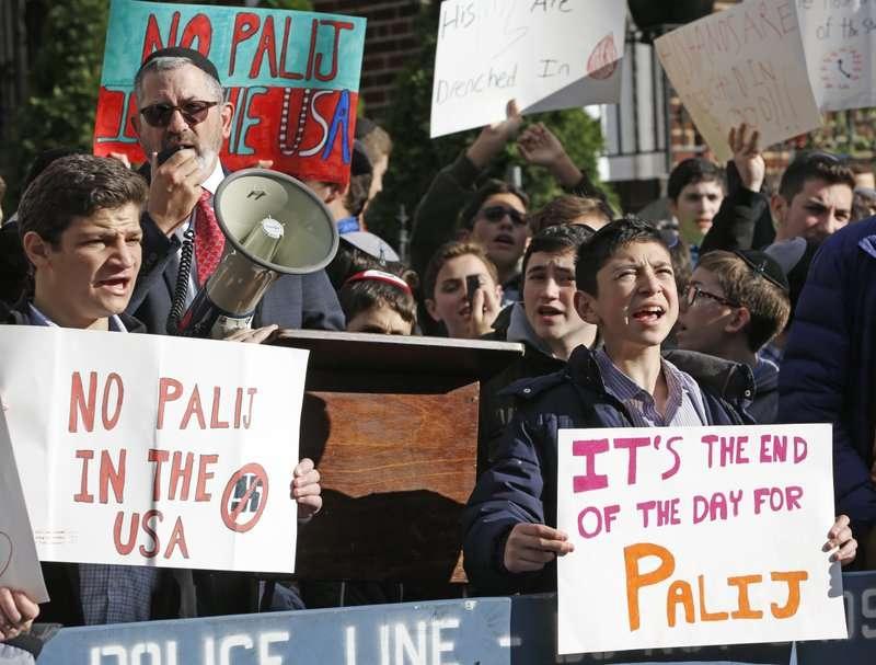 2017年,抗議者聚集在帕利住處前,要求把他趕出美國。〈AP〉