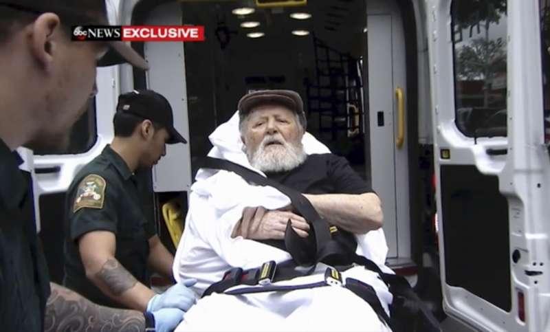 高齡95歲的帕利被抬上救護車,準備遣送至德國。〈AP〉