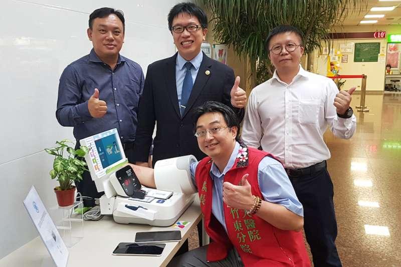 台大竹東分院院長詹鼎正(前坐者)親身體驗AI智慧照護醫療設備。(圖/方詠騰攝)