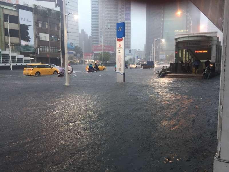 高雄市豪雨驚人,時雨量攀高到108毫米,各地陸續傳出災情。(圖/徐炳文攝)