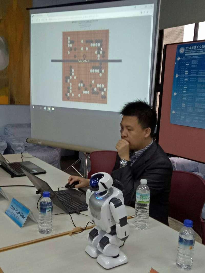 首度在台灣舉辦的「IEEE計算智慧學會(CIS)人機共學」暑期夏令營特別邀請「紅面棋王」周俊勳,於23日在高師大示範人機共學創新模式。(圖/徐炳文攝)