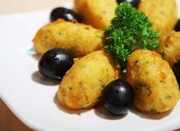 炸馬介休球拔絲般的濃密口感,是最受旅客歡迎的前菜。(圖/澳門旅遊局)