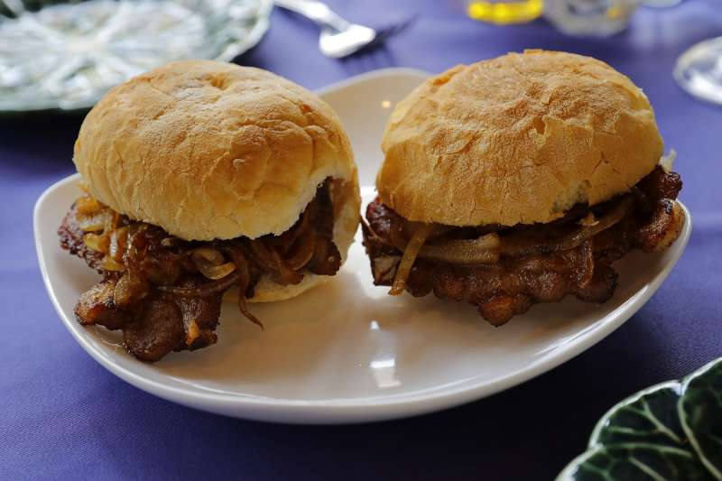 豬扒包豬肉嫩而多汁,搭配酥脆裹粉、調味適中,記得趁熱品嚐。(圖/澳門旅遊局)