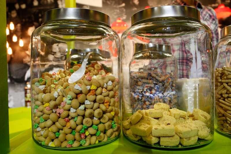 在新馬路中段至末端、議事亭前地、氹仔官也街隨處可見這些販賣傳統糕餅的店家。(圖/澳門旅遊局)