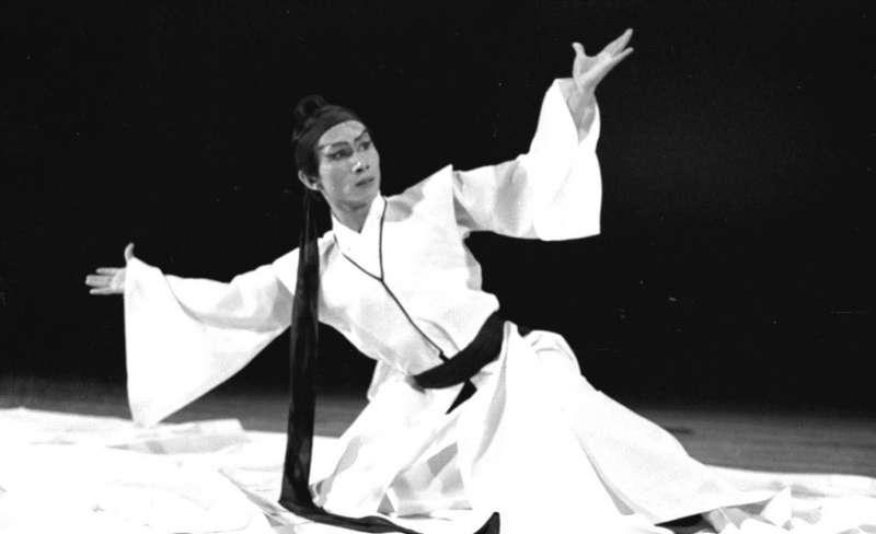 1974年5月17日,林懷民在中廣公司第四屆中國藝術歌曲之夜中,配合樂詩所演出的「寒食舞」。(圖/中央社,劉偉勳攝)
