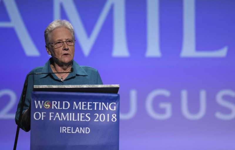 柯林斯13歲時遭到愛爾蘭天主教神父性侵,她24日在世界家庭大會上,呼籲教宗採取行動,讓那些加害者與包庇者負起責任(美聯社)