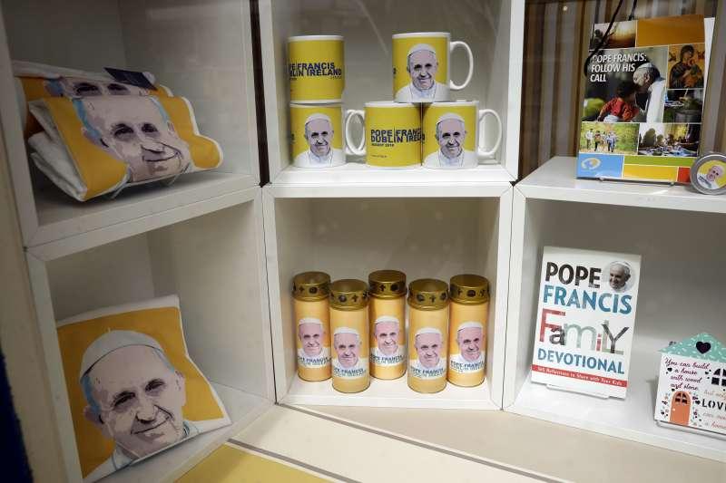 天主教教宗方濟各將於25日、26日訪問愛爾蘭,首都都柏林的宗教商店販售週邊紀念商品(AP)