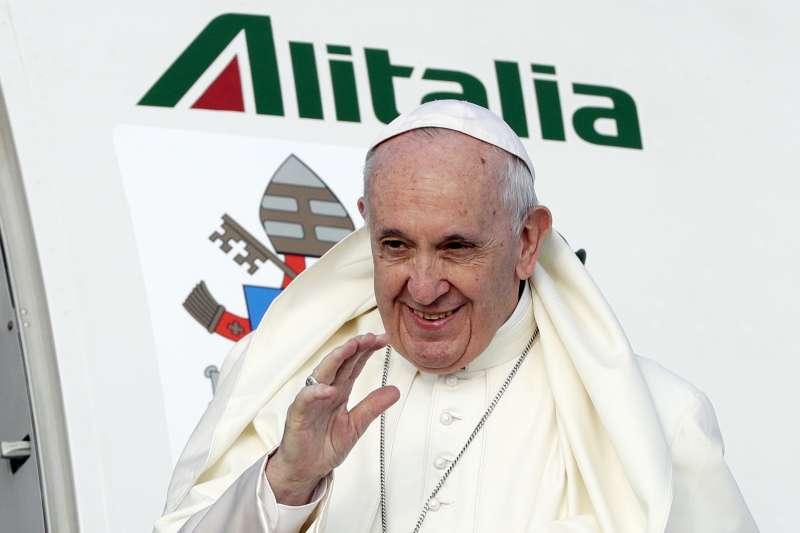 天主教教宗方濟各25日上午從義大利羅馬的國際機場搭機,準備前往愛爾蘭(AP)