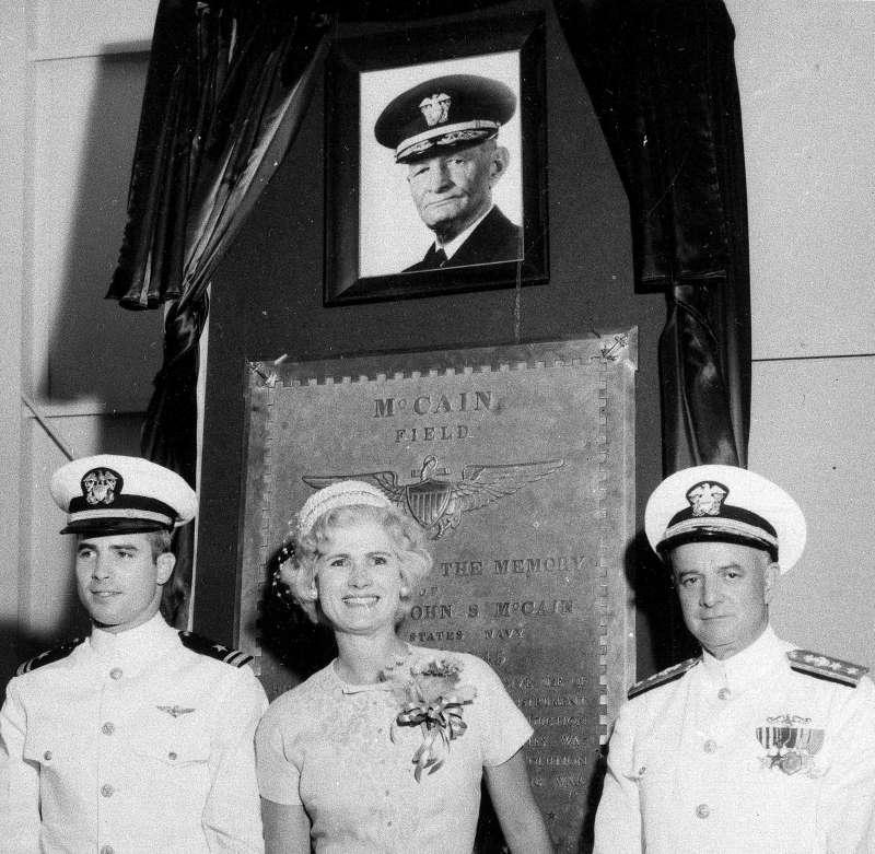 美國亞利桑那州聯邦參議員馬侃(左)與父母站在祖父的碑前合影,馬侃祖孫三代都加入海軍服役(AP)