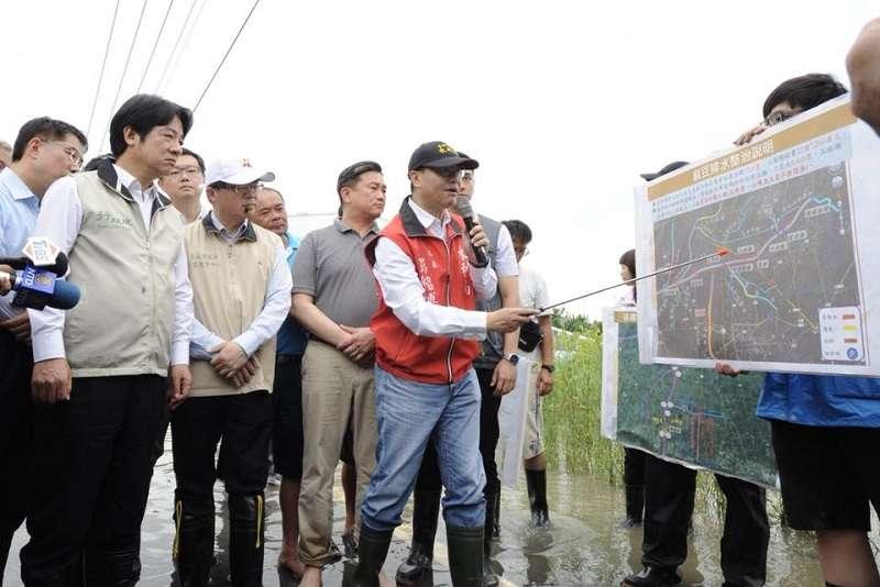 823暴雨讓南台灣大淹水,行政院長賴清德的「上帝論」遭致批評。圖為賴清德訪視台南災區。(取自賴清德臉書)
