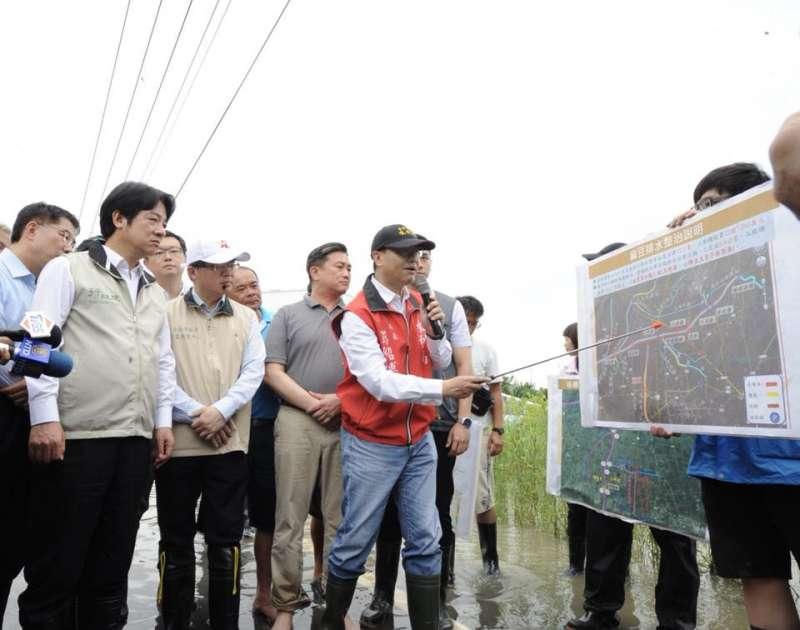 熱帶低氣壓導致南部豪雨致災,行政院長賴清德到台南麻豆了解排水情形。(賴清德臉書).jpg