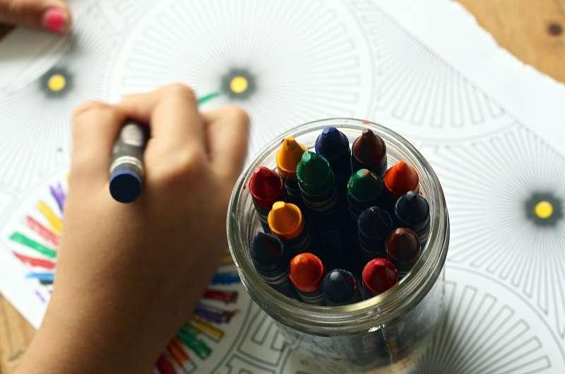 替孩子準備一組彩色筆,鼓勵他所有的創作,並幫助他堅持下去。(圖/pexels)