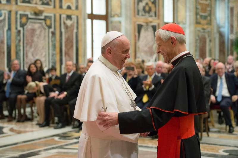 捲入美國賓州性侵風暴的樞機主教烏爾(右)與方濟各關係緊密。(美聯社)