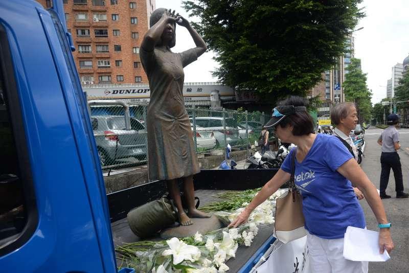 20180827-新黨青年軍「阿嬤站起來,大家站出來」活動,參與活動的民眾向慰安婦阿嬤雕像獻花。(甘岱民攝)