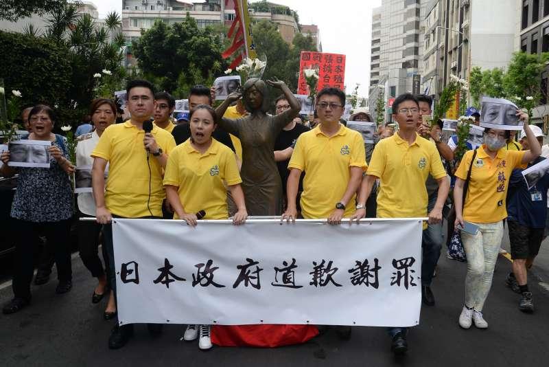 20180827-新黨青年軍「阿嬤站起來,大家站出來」活動,隊伍在新黨三位市議員參選人的帶領下走向日本台灣交流協會。(甘岱民攝)